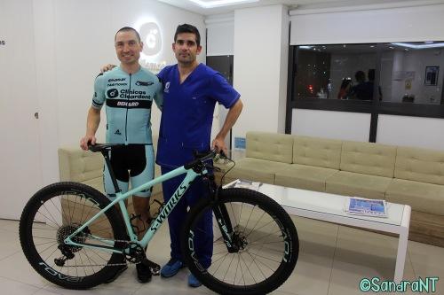 Carrasco y el doctor Ismael Cerezo en la Clínica Cleardent