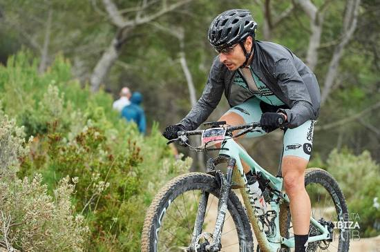 Carrasco durante la etapa antes del 1ª Avituallamiento. Foto: ©JonIzeta - Vuelta Ibiza MTB'19